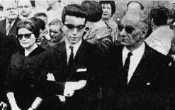 Sus hijos Jordi y Elena junto a su padre Edmund Sayac, en el entierro de Raquel