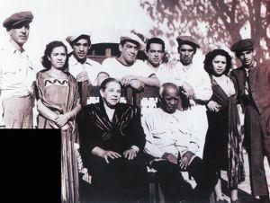 Con sus padres y sus siete hermanos