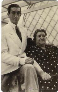 Con su madre Doña Angustias.