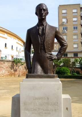 """Busto de """"Manolete"""" frente a la Plaza de Toros de Linares."""