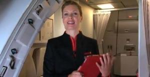 Una azafata nos saluda en nombre de la tripulación