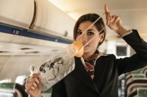Una azafata nos hace una demostración del uso de los instrumentos para casos de emergencia