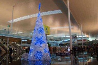 Árbol de Navidad en la terminal del aeropuerto de Barcelona