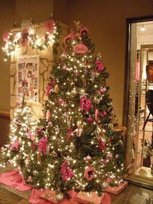 Árbol de Navidad en el vestíbulo de la escalera