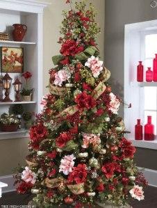 El árbol de Navidad que engalanó Aurora con la ayuda de Montse y Maite