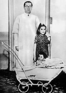 El doctor Lozada con Lina y Gerardo, de once meses