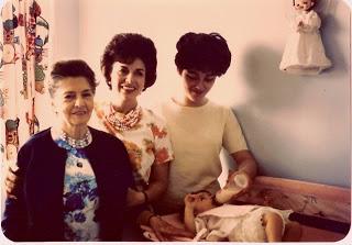 -Elisa Asperó, con su hija, la actriz Elisa Christy, su nieta, Diana Negrete y su biznietaDéborah García Negrete