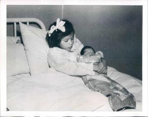 Lina con su bebé recién nacido
