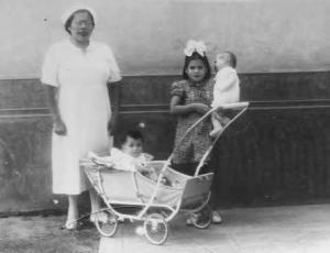 9-Lina con su muñeca, su bebé, y una enfermera