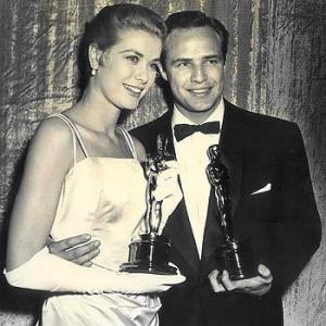 Con Marlon Brando recogiendo, ambos, sus premios Óscar.