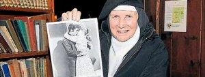 La madre Dolores muestra en la Abadía la foto de una escena besándose con Elvis Presley