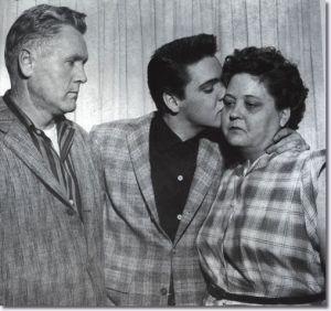 Elvis despidiéndose de sus padres, antes de partir hacia el servicio militar