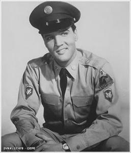 Elvis con su uniforme militar
