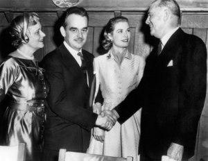 Grace  con sus padres en la pedida de mano de Rainiero.