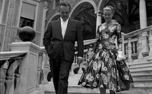 El príncipe Rainiero mostrándole a Grace los jardines del Palacio Real