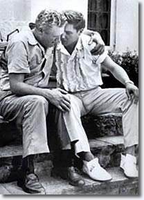 Elvis, junto a su padre Vernon en la muerte de su madre Gladys