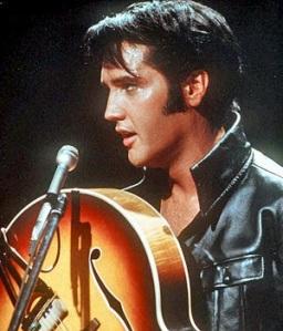 Elvis Presley vestido de cuero negro