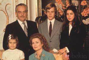 Los príncipes de Mónaco con sus hijos Carolina, Alberto y Estefanía.
