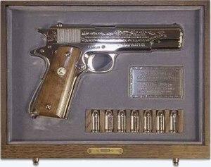 En su visita a la Casa Blanca, Elvis le regaló al presidente Nixón un estuche con un Colt 45 y 7 balas de plata, conmemorativo de la Segunda Guerra Mundial.