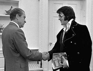 Elvis saludando a Richard Nixon.