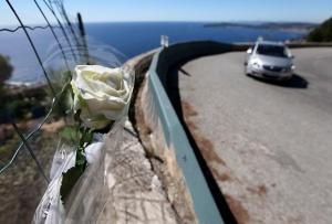 Una rosa blanca es testigo del lugar donde se produjo el accidente.
