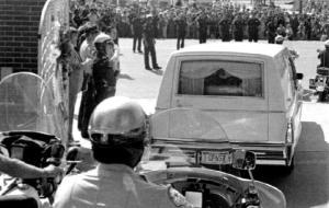 El coche fúnebre con el cuerpo de Elvis