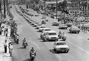 Caravana de 17 Cadillach blancos