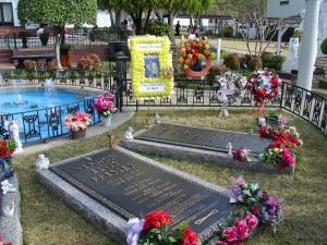 Tumba de Elvis en Graceland junto a la de su madre Gladys.