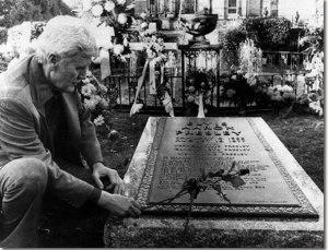 El padre de Elvis, Vernon,  en la tumba de su hijo.