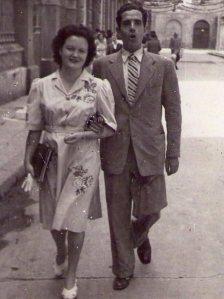 Milagros y Francisco paseando por Barcelona.