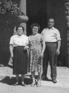 Milagros con su madre María y su esposo Francisco, después de la reconciliación.