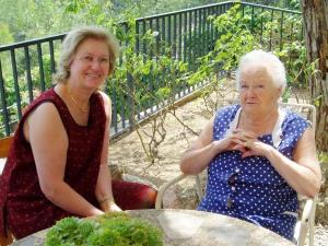 Mª Eugenia y Milagros, un día de verano, en la casa de la montaña de Sant Feliu de Codines (Barcelona)