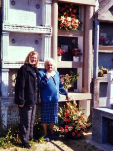 Mª Eugenia y Milagros junto a la tumba de su abuela en el cementerio de Villalpape.