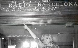 Mary Santpere frente a Radio Barcelona.