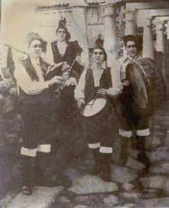 Gaiteiros amenizando una fiesta aldeana