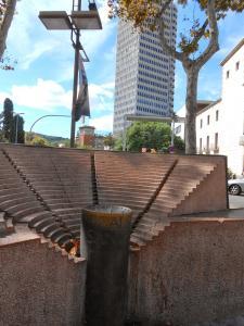 Monumento póstumo a la familia Santpere, en la Rambla de Santa Mónica.