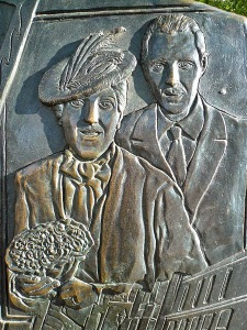 El monumento tiene esculpidas , a su alrededor, escenas de la familia Santpere.