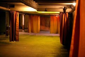 Garaje con cortinas para preservar la identidad.