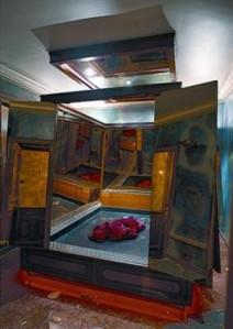 La habitación del sarcófago del placer. Un inmenso mueble con una cama en su interior rodeada de grandes espejos.
