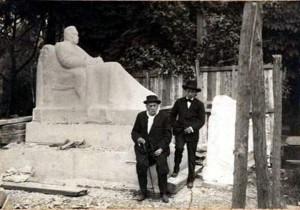 Pérez Galdós y el joven Victorio Macho, en el Parque del Retiro, al pie de la escultura, que le estaba realizando éste (1918)
