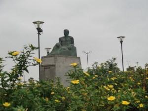 Monumento a Pérez Galdós frente al teatro que lleva su nombre en Las Palmas de Gran Canaria.