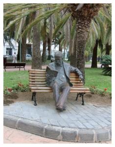 Escultura de Galdós en el Parque de Don Benito en el barrio de Shamann en Las Palmas de Gran Canaria.