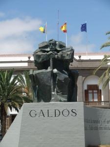 Escultura de Galdós, frente al Gobierno Civil, en la Plaza de la Feria de Las Palmas de Gran Canaria.