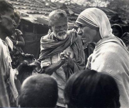 Conversando con leprosos en las afueras de Calcuta.
