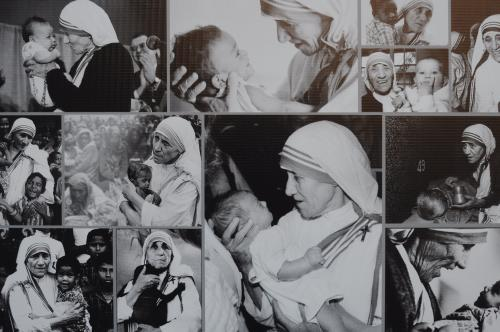 La Madre Teresa atendiendo a niños enfermos y necesitados.