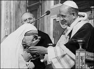 Recogiendo el premio Juan XXIII de la Paz de manos de Pablo VI.