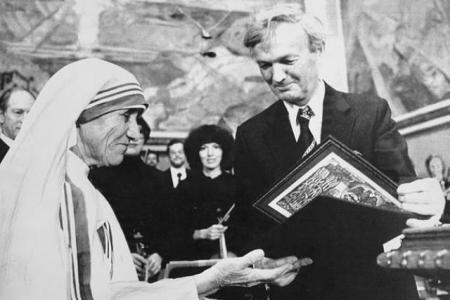 Recibiendo el premio Nobel de la Paz en 1979 de manos del profesor John Sanness.