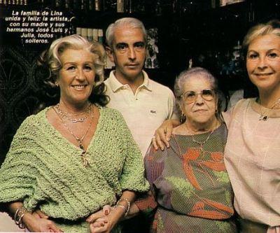 Con su madre y sus hermanos José Luis y Julia.