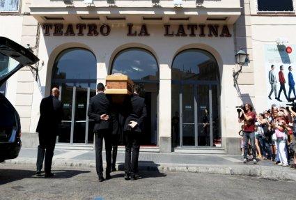 Llegada del féretro de Lina al teatro La Latina.