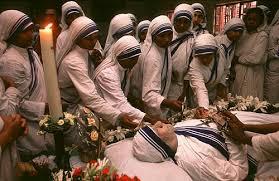 El cadáver de la Madre Teresa en el asilo de Woodlands en Calcuta.